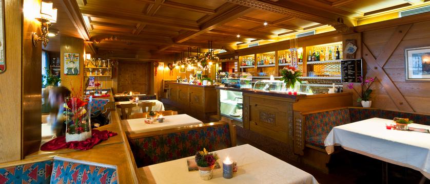 italy_dolomites_la_villa_hotel_ladinia_bar.jpg